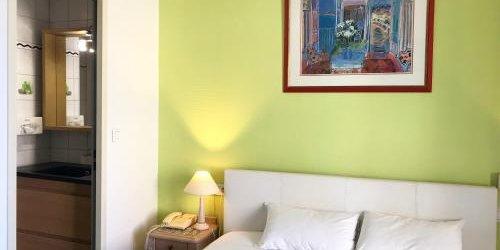Забронировать Hôtel aux Sacres