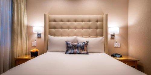 Забронировать Beverly Hills Plaza Hotel