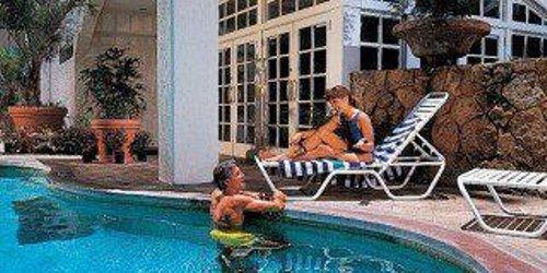 Забронировать Coconut Waikiki Hotel, a Joie de Vivre Hotel