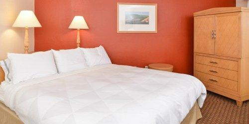 Забронировать Red Lion Hotel Woodlake Conference Center