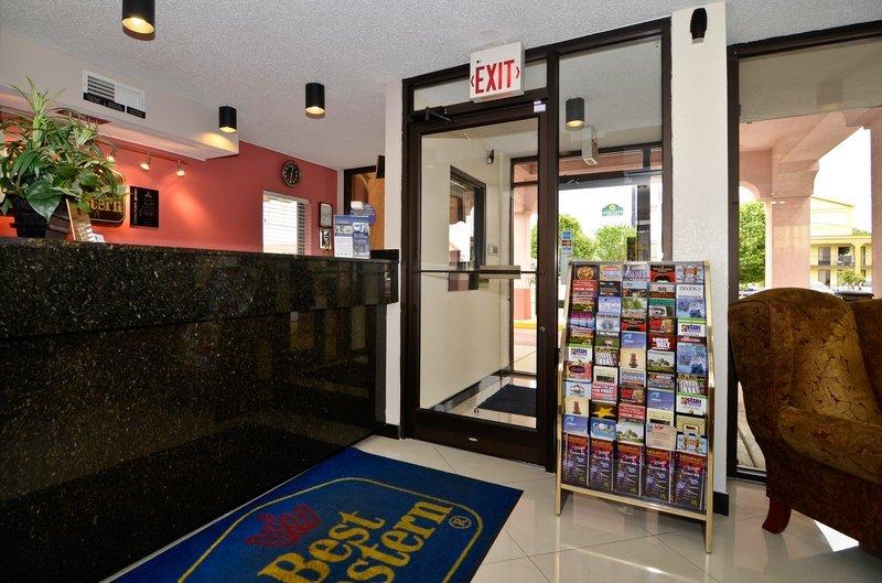 фото Econo Lodge Inn & Suites 110294747