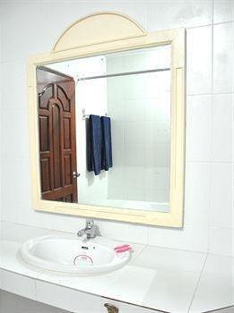 фото Highfive Guest House 1328528729