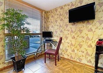 фото Econo Lodge Inn & Suites 370392216