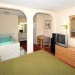 фото Econo Lodge Inn & Suites 386034211