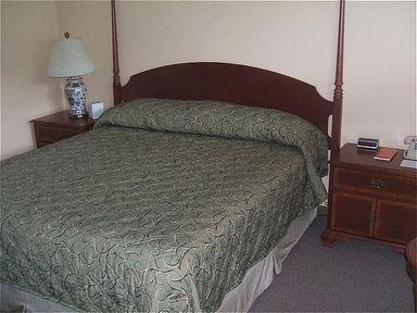 фото Red Carpet Inn On The Lake 415212549