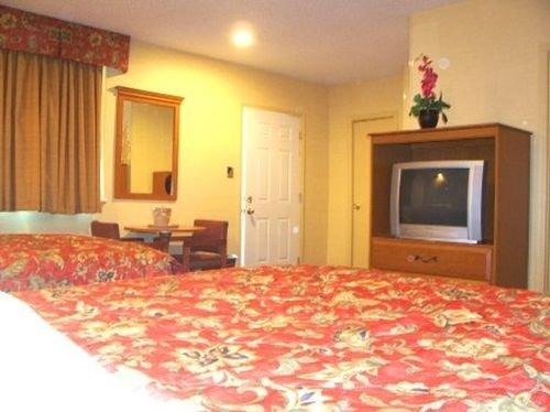 фото Deluxe Inn - Savannah 415596544
