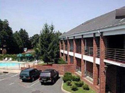 фото Village Inn Colts Neck 487941792