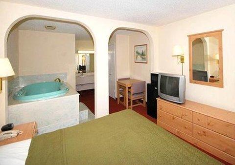 фото Econo Lodge Inn & Suites 487964289