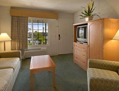 фото Ramada Inn and Suites Costa Mesa/Newport Beach 487993620