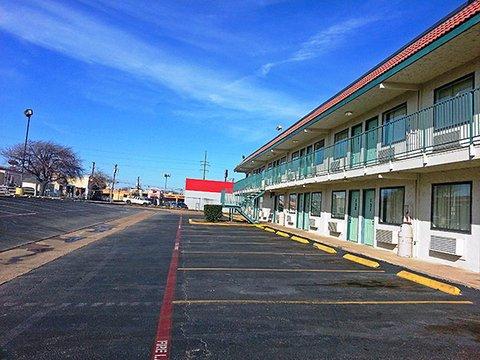 фото Super 7 Inn Dallas-Southwest 488032661