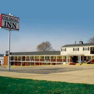 фото Colonial Inn Dyersville Hotel 488295690