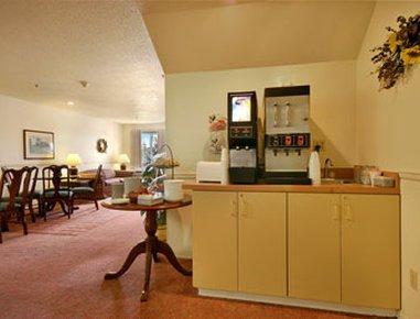 фото Super 8 Williamsburg Amana Colonies Area Hotel 488308930