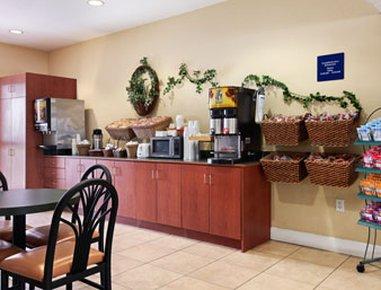 фото Microtel Inn & Suites by Wyndham Bushnell 488366198