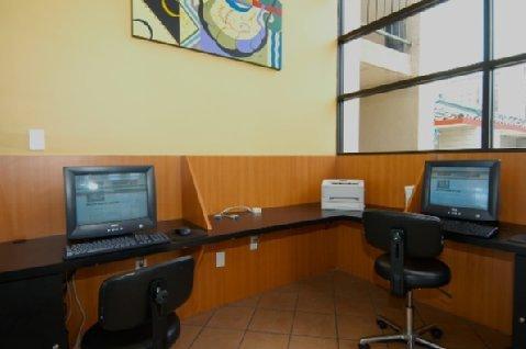 фото Vagabond Inn Executive Old Town 488414988