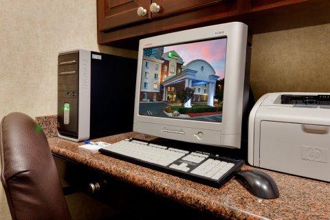 фото Holiday Inn Express Tower Center New Brunswick 488558872