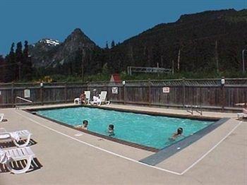 фото Howard Johnson at Snoqualmie Pass 596471141