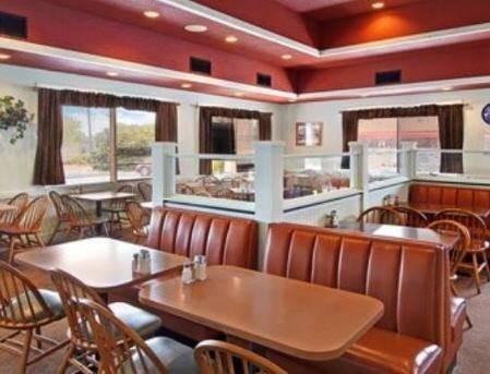 фото Days Inn Savannah- Oglethorpe Mall/Midtown 596991472