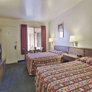 фото Econo Lodge Inn and Suites 610235195