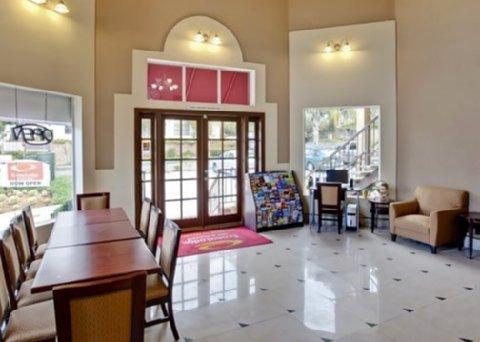 фото Econo Lodge Inn & Suites Fallbrook 610266086