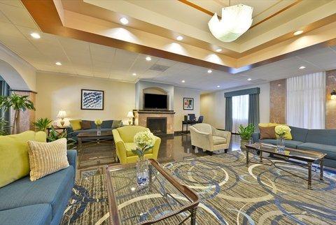 фото La Quinta Inn & Suites Lakewood 613270807