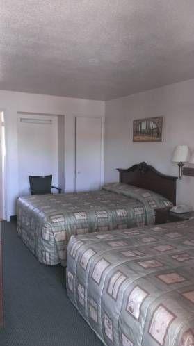 фото University Inn & Suites 677415825