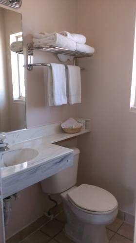 фото University Inn & Suites 677415827