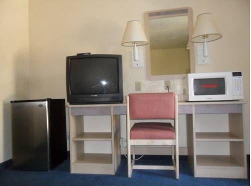 фото American Inn & Suites 677444341