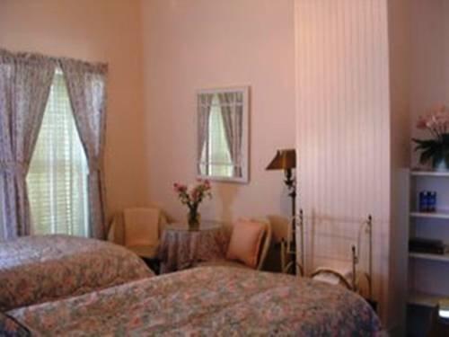 фото A Victorian Garden Inn 677460895