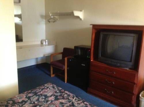 фото Super 6 Inn & Suites Pensacola 677509606