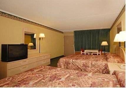 фото Econo Lodge & Conference Center 677655407