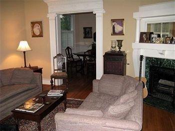 фото Charles Bass House Bed & Breakfast 693583081