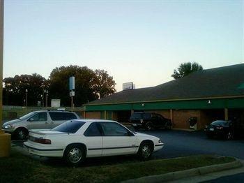 фото South Boston Inn Bar & Grill 728121338