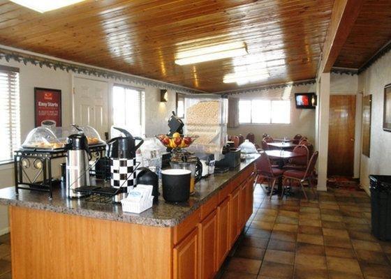 фото Econo Lodge Inn & Suites 728629976
