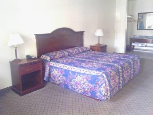 фото Hiway Inn Express of Kiowa 739864622