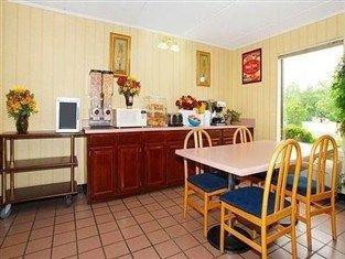 фото Econo Lodge And Suites Lugoff Hotel 750995372