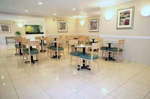 фото La Quinta Inn & Suites Detroit Utica 782371228