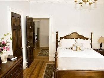 фото White Hall Manor Bed & Breakfast 83307833