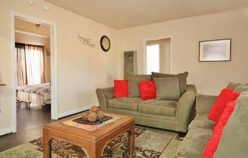 фото North Hollywood Three Bedroom House 969495417